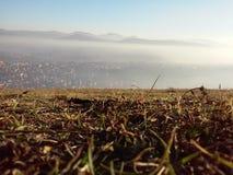 Ovanför dimmig serbisk stad Royaltyfri Bild