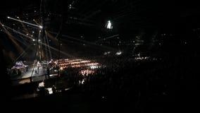 ovanför för konsertdans för band som den musikaliska kapaciteten för ljusa för grupp lampor för lampa utför showsångareetappen Tä stock video