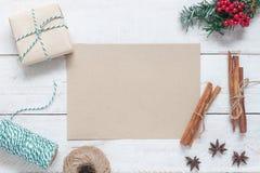 Ovanför flyg- bild för sikt av lantligt brunt papper med glad jul för garnering & för prydnad & lyckligt nytt år royaltyfri foto
