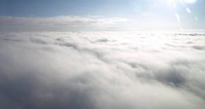 ovanför flyg- blue clouds skysikt Arkivfoto