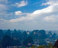 ovanför flyg- fantastisk bergskysikt Royaltyfri Fotografi