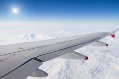 ovanför flygplan clouds sunvingen arkivbild