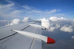 ovanför flygplan clouds vingen Royaltyfri Bild