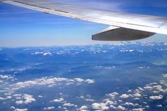 ovanför flygplan clouds vingen Arkivbild