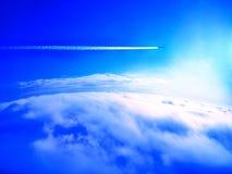 ovanför flygplanoklarhetstrail Royaltyfri Bild