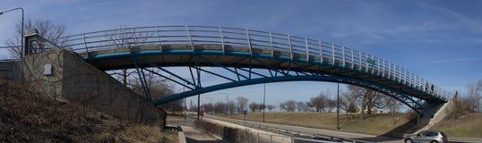 ovanför gångare för overpass för motorway för brocrossingmetall royaltyfria bilder