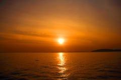 ovanför havssolnedgång Arkivbild