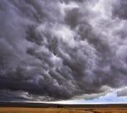 ovanför jättelik fältstorm för oklarhet Arkivfoto