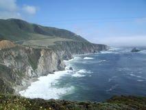ovanför kust- höga vägwaves Arkivfoto