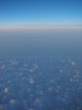 Ovanför molnen in mot horisonten på 30.000 fot Arkivfoton