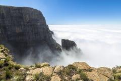 Ovanför molnen på vaktpostvandring Drakensberge, Sydafrika arkivfoto