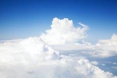 Ovanför molnhimmelbakgrunden arkivfoto