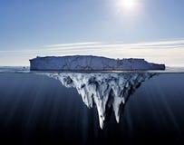 Ovanför och nedanför vattensikt av isberg Royaltyfri Bild