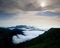 ovanför oklarheten pyrenees Royaltyfri Bild