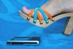ovanför sandalen för mobiltelefonkvinnligfot Arkivfoton