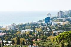 Ovanför sikt av den Yalta staden och Black Sea Arkivfoto