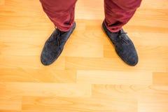 Ovanför sikt av en man med svarta skor Arkivbilder