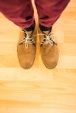Ovanför sikt av en man med svarta skor Arkivfoto