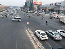 Ovanför sikt av gatan och folk på korsning Arkivfoton