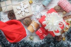 Ovanför sikt av glat julpynt & prydnadbegreppet för lyckligt nytt år fotografering för bildbyråer