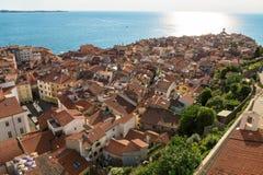 Ovanför sikt av Piran omgav vid Adriatiskt havet, Slovenien Royaltyfri Foto