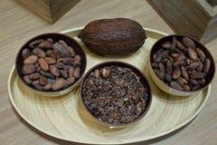 Ovanför sikt av rostade kakaobönor i bunkar royaltyfria foton