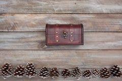 Ovanför sikt av skattbröstkorgen på den dekorerade tabellen dekorerade tabellen Royaltyfria Bilder
