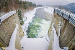Ovanför sikt av vattenbehållaren med den lilla fördämningen Liten hög av snö och is nedanför den konkreta fördämningen Läge Harda Royaltyfria Foton