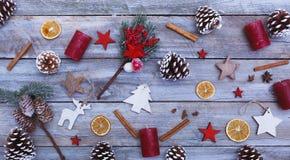 Ovanför sikt på jul och den vinter dekorerade tabellen Arkivfoto