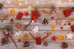 Ovanför sikt på jul och den vinter dekorerade tabellen Arkivfoton