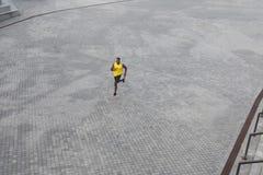 ovanför sikt Sportig afrikansk manspring på morgonen arkivfoto