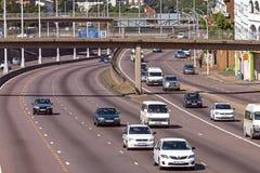 Ovanför sikten av trafik som skriver in och lämnar centret Royaltyfria Bilder