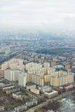 Ovanför siktsMoscow cityscape och blåa oklarheter Royaltyfri Foto