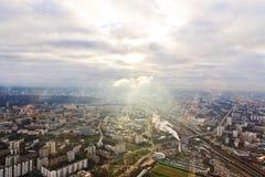 Ovanför siktsMoscow cityscape och blåa oklarheter Royaltyfri Fotografi