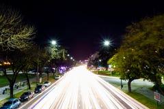 Ovanför trafik i natten långt exponeringsfoto Royaltyfria Bilder