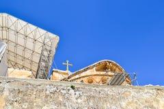 Ovanför väggen kan du se taket av templet och ett kors mot den blåa himlen jerusalem israel arkivbild