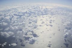 ovanf?r oklarheter Fantastisk bakgrund med moln royaltyfria bilder
