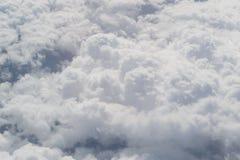 ovanf?r oklarheter Fantastisk bakgrund med moln arkivfoton