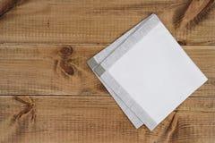 Ovanför sikt av vikt linne som napking på trätexturbakgrund Arkivbild