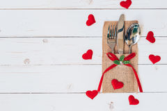 Ovanför wood tabelluppsättningbestick och röd hjärta för valentindag Arkivfoto