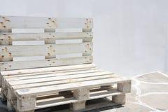 Ovanlig bänk som göras med återanvända träpaletter arkivfoto