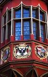 Ovanlig dekorerad fönster och balkong av den gamla historiska köpmanHall fasaden, Freiburg im Breisgau, Tyskland royaltyfri foto