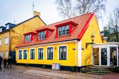 Ovanlig färgrik byggnad i Lund i Sverige Royaltyfri Foto