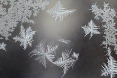 Ovanlig frost på ett vinterfönster Arkivbilder