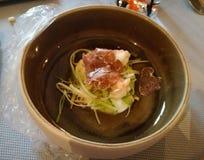 Ovanlig garnering av disk i restaurangen Minimalism estetik, garnering av mat långsam mat royaltyfria bilder