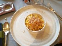 Ovanlig garnering av disk i restaurangen Minimalism estetik, garnering av mat arkivfoto
