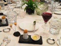 Ovanlig garnering av disk i restaurangen Minimalism estetik, garnering av mat Långsam mat, söt kaka, träplatta, r arkivbilder