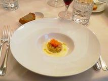 Ovanlig garnering av disk i restaurangen Minimalism estetik, garnering av mat Långsam mat, söt kaka, träplatta, r arkivfoton