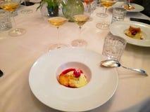 Ovanlig garnering av disk i restaurangen Minimalism estetik, garnering av mat Långsam mat, söt kaka, vit platta, r arkivbild