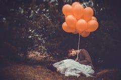 Ovanlig kvinna med ballonger som begrepp utomhus Arkivfoton